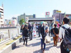 草津駅東口デッキにも仮装したたくさんの人が集まった