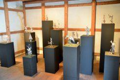 離れの蔵にも作品が展示されている