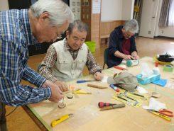 講師は南秀美さん。本を見ながら独学でゆらりトンボを作っているという