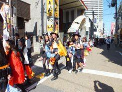 niwa+から商店街にかけて歩くコスプレパレード