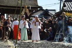 菅原道真公の座像と共に宮司が一番に渡り始める