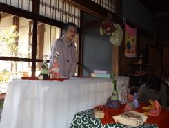 森田知都子さん。風呂敷の歴史の話を聞く