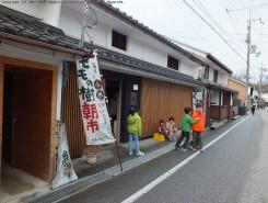 彦根城下町と中山道を結ぶ七曲り通りには、歴史ある彦根仏壇の店舗が軒を連ねている