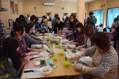飾り巻き寿司教室は大人気。「申」の巻き寿司に挑戦!