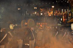 拝殿には神輿が飾られる。 拝殿前で太鼓を持ち上げ挨拶をする