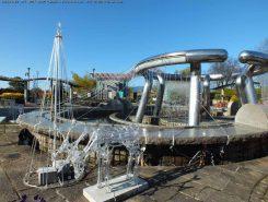 噴水の周りは夜のイルミネーションがきれい。12月26日まで。夜間無料入園も