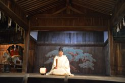 能舞台でまつりを見守る日牟禮八幡宮の宮司さん