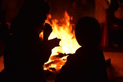 焚き火で暖をとりながら冷たいかき氷を味わう