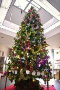 構内中央に飾られた大きなツリー