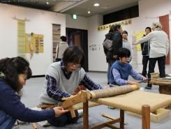手前の卓上機では受講生たちが共同作品を制作