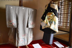 左:女の子用の宮詣り着。背中に絹糸の「守り糸」が縫いつけられている。右:男の子用の宮詣り着