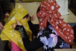 こちらは風呂敷を使って頭巾を作っているところ。忍者に変身!