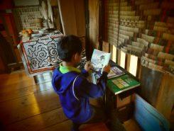 アイヌにまつわる絵本や書物もあり!熱心にアイヌの民話を読む少年。少し前に小学校でアイヌ民族について学んだそう