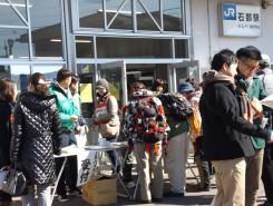 スタート地点の石部駅に参加者が集まってきた