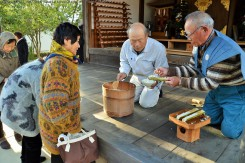 竹筒の粥や供えられてたご飯は参拝者に分けられ、翌日15日の小正月の朝、小豆粥に使われる