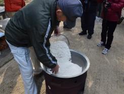 7升の米が大鍋に入れられる