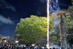 20:00、打ち上げ花火が近郊に響き始まりを告げる