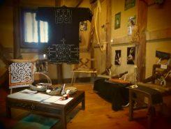 茶楽の2階スペースに、アイヌの伝統文様の着物や民具などが展示されている♪