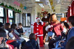 「サンタ列車」にはサンタさんとトナカイさんが搭乗