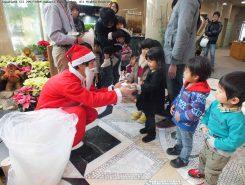 サンタさんも登場!お菓子のプレゼントに子どもたちは大喜び