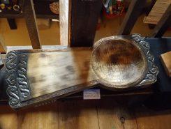 メノコイタ(まな板):左側はまな板として使い、右側のボウルの形状のところには切ったものを入れて使う。メノコ=女性の意味