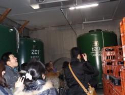 酒蔵の中には大きな貯蔵庫が並ぶ