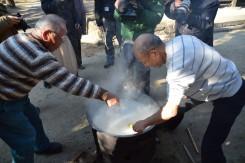 炊きあがる手前で「わせ!なかて!おくて!」のかけ声と共に鍋の中に竹筒を差し込む