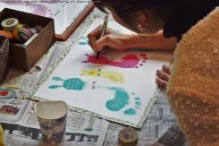 手形・足形を元に、可愛いアートに仕上げていく