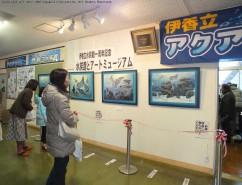 水族館の前にもたくさんの作品が並ぶ