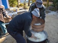 炊き上がった鍋の真ん中あたりのご飯はおひつに移され、毘沙門天と八幡さんに供えられる