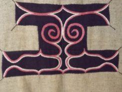 アイヌ刺繍には魔除けの意味合いが込められている。左右対称の刺繍がきめ細かく美しい