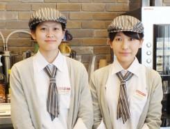 スタッフの上田亜寿華さん(左)と桐畑美波さん