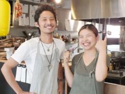 店長の宇野公輔さん(左)とスタッフ