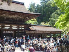 大勢の見物客が待つ油日神社