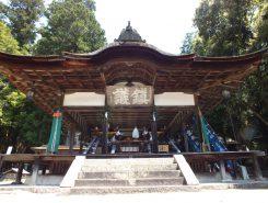 拝殿には出番を待つ2基の神輿