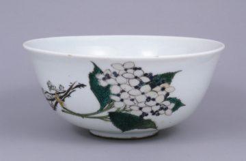 3 湖東焼 色絵花卉図鉢正面(滋賀県立琵琶湖文化館所蔵)