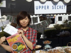 「激辛サミット2014優勝メニューはお店に食べに来てね」とUPPER SECRETさんが弥平チリトマトカレーをPR!