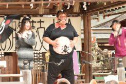 お腹を打つたび、会場からは歓声や笑いが起こる。姫路市からの参加者