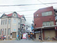 花しょうぶ通りは昔ながらの細い商店街