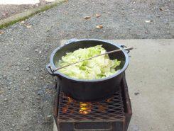 ダッチオーブンでスープ作り