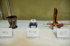 フランク家が使用していた鉛筆立て(左)、青インク瓶(中央)、オットーさんの万年筆(右)