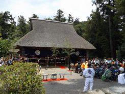 茅葺が立派な新宮神社の拝殿