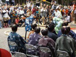 竹相撲の奉納、信長が城下の力自慢を集めて行ったという