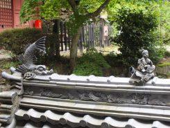 近江八幡は瓦産業が栄えた町。お堂の瓦にも細工が施されている