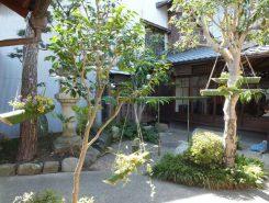前庭を彩っているのは、竹の花器を使ったフラワーアレンジメント