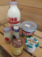 売店には「低温殺菌ノンホモ牛乳」をはじめ、ヨーグルトやチーズ、スイーツなど、おいしいものがいっぱい!