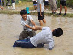 泥に足をとられた仲間を助ける