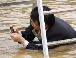 全身泥だらけになりながらも、写真撮影に余念のない湖南市の谷畑市長
