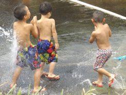子どもたちも水浴びが出来て歓声を上げる