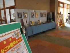 広いロビーには催し物案内や手作り作品が飾られている